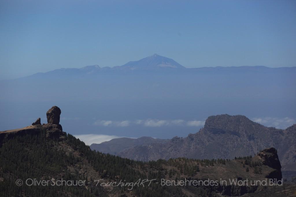 Roque Nublo mit Teide im Hintergrund